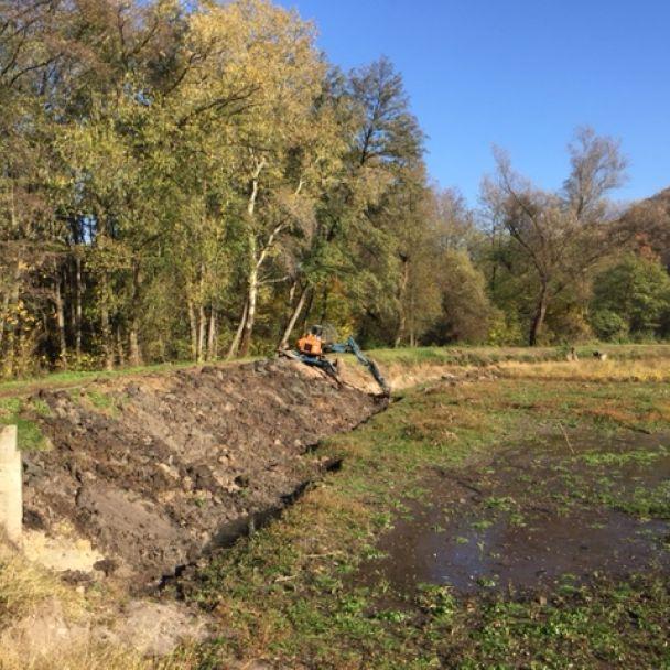 Spevnovanie bočnej hrádze na rybníku v lokalite